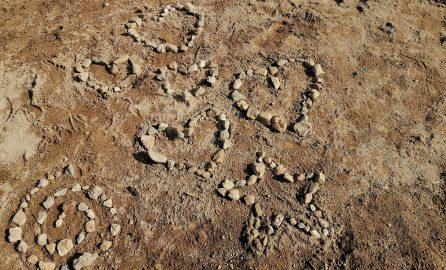 Ferienfreizeit in Tanne - Bild mit Steinherzen im Sand -